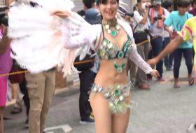 日本のサンバ。 日本の大学生。 とても若くてかわいい女の子が踊っています。